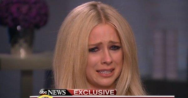 """Avril Lavigne chora em primeira entrevista sobre doença: """"É uma ..."""