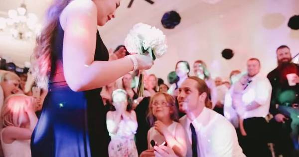 Mulher é surpreendida com pedido de casamento durante ...