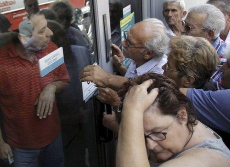 Idosos gregos se desesperam por não conseguir sacar aposentadoria