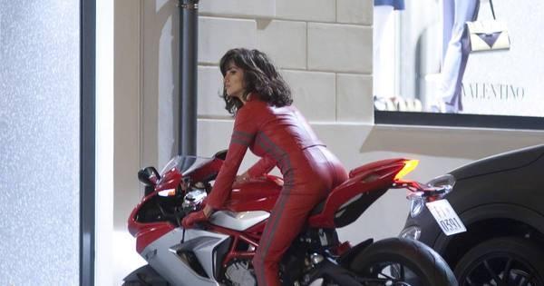 Estilo fatal! De roupa colada, Penélope Cruz dirige moto nas ...
