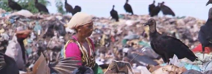 Humanos dividem espaço com urubus para sobreviver em meio ao lixo
