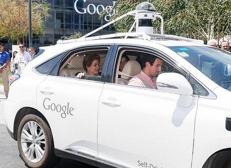 Dilma dá voltinha em carro que não precisa de motorista