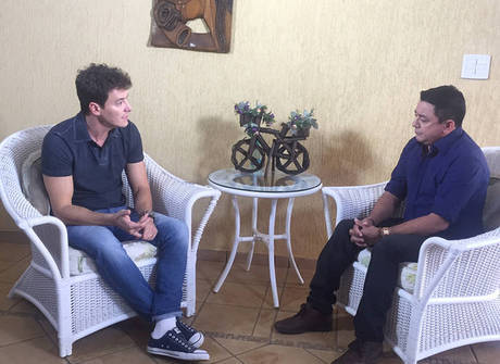 Rodrigo Faro visita pai de Cristiano Araújo e conversa sobre o cantor