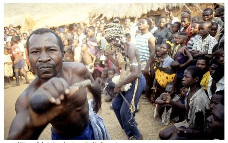 O albinismo é causado pela falta de melanina na pele, cabelo e olhos, e afeta um em cada 20 mil indivíduos no mundo. No entanto, por algum motivo ainda desconhecido, na Tanzânia e em algumas outras regiões subsaarianas, este índice é de um a cada 1.400.   Ao menos 75 crianças e adultos albinos já foram mortos desde 2000, e outros 62 conseguiram escapar dos ataques dos médicos-bruxos com diversos ferimentos. Na foto, um dos médicos-bruxos em um de seus rituais
