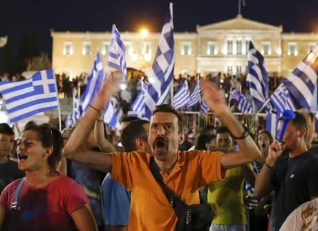 """Gregos vão às ruas comemorar a vitória do """"não"""" em referendo"""