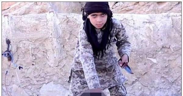 Estado Islâmico faz criança arrancar cabeça de prisioneiro usando ...