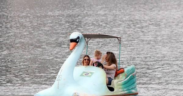 Que fofura! Sheila Mello anda de pedalinho com a filha na Lagoa ...