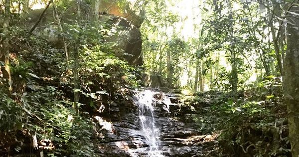 Thaila Ayala termina trilha com banho de cachoeira e mostra o corpão
