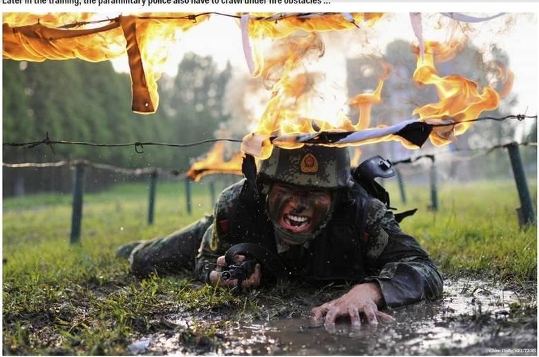 Mais tarde, eles tem que rastejar por baixo de obstáculos em chamas