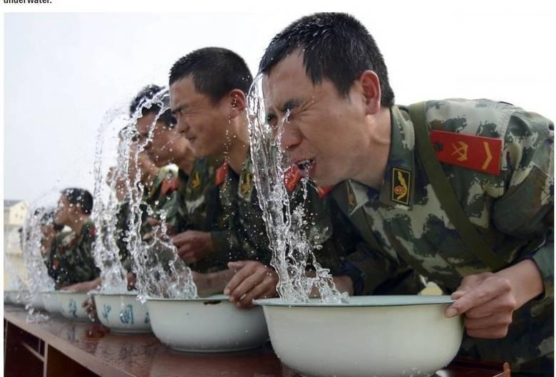 A formação da polícia paramilitar chinesa tem o objetivo de levar os soldados ao limite absoluto: na foto, eles aparecem segurando a respiração debaixo d'água