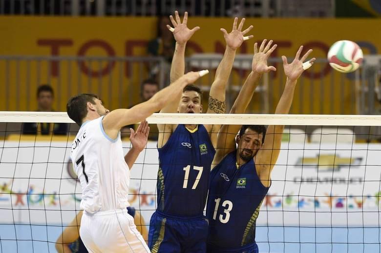 O jogo começou difícil para o Brasil com uma vitória suada no primeiro set por 29-27. Nos dois sets seguintes, a Argentina continuou dando trabalho, mas a equipe brasileira conseguiu manter o controle da partida e vencer por 25-21 no segundo e 25-22 no terceiro