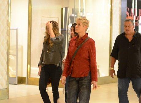 Sasha é fotografada com Xuxa fazendo compras em shopping<br />