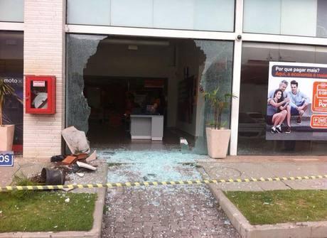 Cliente tenta cancelar plano e quebra loja de telefonia no Rio