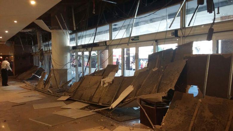 Parte do teto da entrada do Madureira Shopping, em Madureira, zona norte do Rio de Janeiro, desabou nesta terça-feira (28)