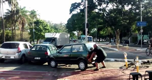 Ciclista encarna o Hulk e tira carro de cima de ciclovia com as mãos ...