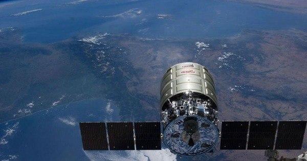 Astronauta fotografa lixo espacial entrando na atmosfera - Fotos ...