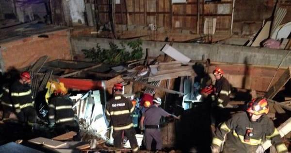 Desabamento em terreno ocupado destrói barracos em Osasco ...