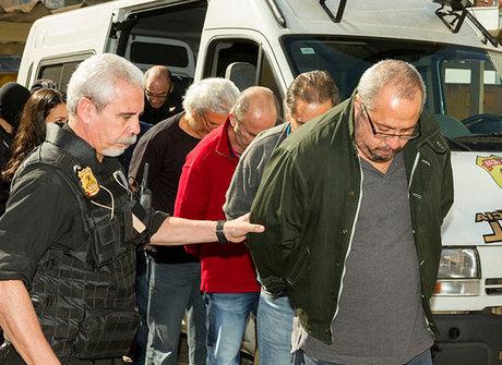 Sete presos na 17ª fase saem da PF algemados e em fila para exames