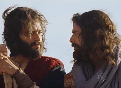 Joquebede atende sua porta e se emociona ao reencontrar Moisés