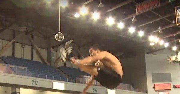 a estranha competição de chute alto com os dois pés