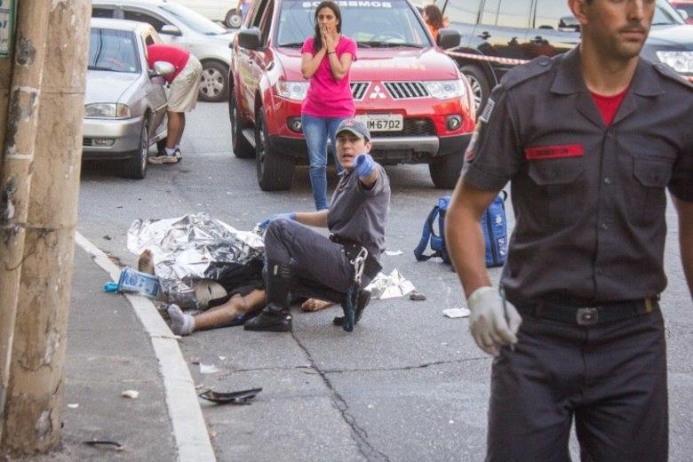 Quatro pessoas morreram e pelo menos cinco ficaram feridas neste sábado (8), em São Paulo, vítimas de acidente, de acordo com Corpo de Bombeiros.Um homem morreu depois de ter sido atropelado por uma moto no cruzamento das avenidas Santo Amaro com a Roque Petroni Júnior, na zona sul da capital paulista, na manhã deste sábado (8). O motociclista e o garupa também se feriram no acidente