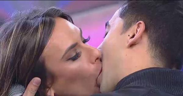 Nicole Bahls dá beijo de cinema em sertanejo no palco do ...