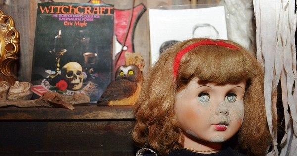 Bonecas assassinas e máscaras da morte: porão do horror tem ...