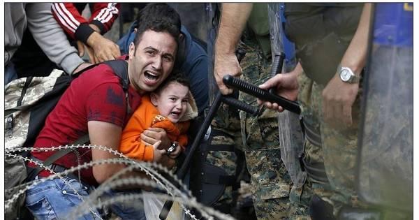 Pai desesperado protege o filho enquanto polícia lança bombas de ...