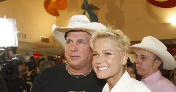 Xuxa visita Hospital do Câncer de Barretos com cantor americano ...