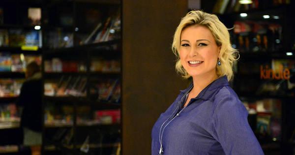 """Emocionada, Andressa Urach lança biografia: """"Não posso mudar o ..."""