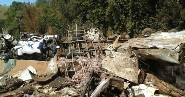 Acidente com carretas e carro deixa duas pessoas mortas na BR-040