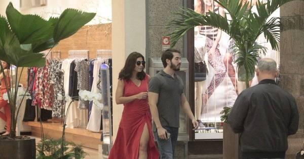 Com fenda poderosa, Juliana Paes passeia em shopping carioca ...