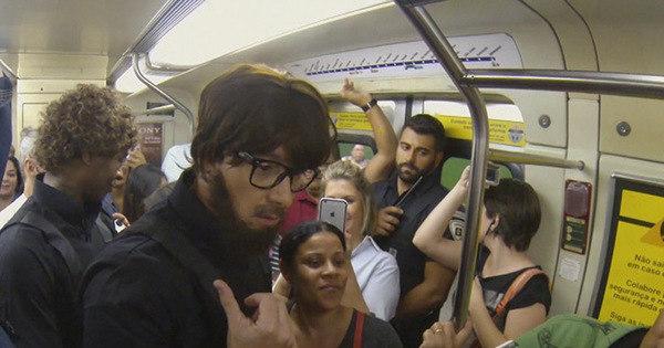 Rodrigo Faro anda de metrô disfarçado de segurança com a Turma ...