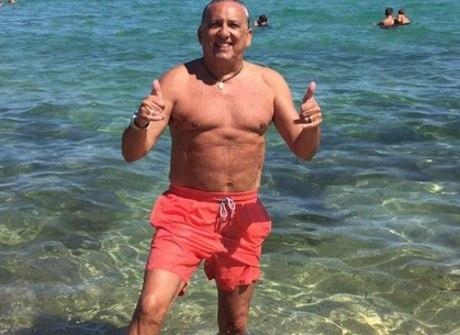 Galvão Bueno ostenta em férias<br />na praia e sofre com piadinhas