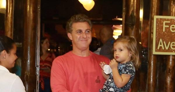 Sem Angélica, Luciano Huck leva a filha a festa de aniversário ...