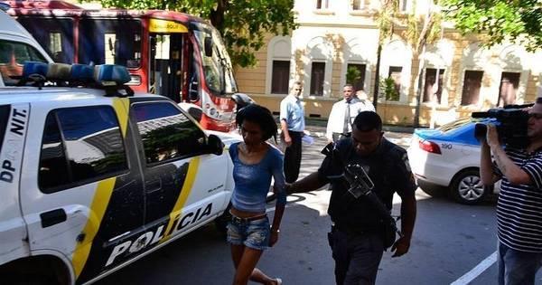 Mulher é presa durante assalto a ônibus em Niterói - Notícias - R7 ...