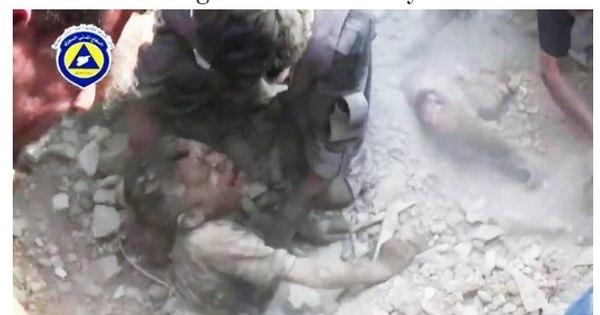 Vídeo mostra criança enterrada viva após bombardeio sendo ...