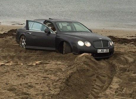 Milionário russo atola seu Bentley Continental de R$ 675 mil na praia
