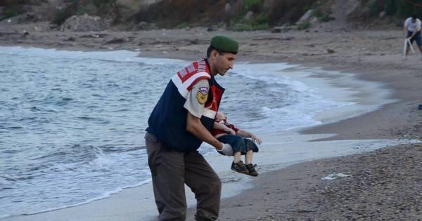 Menino morto em praia que se tornou símbolo da crise migratória ...