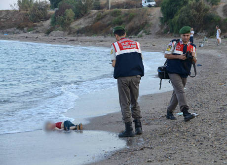 PM mata suspeito com 20 tiros e menino afogado choca o mundo