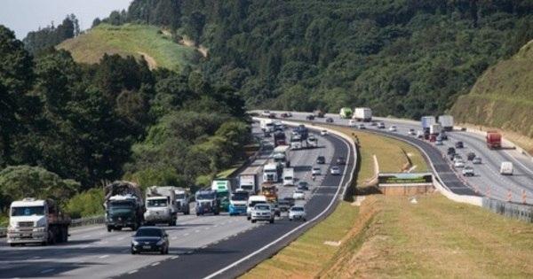 Estradas de SP apresentam lentidão na saída para feriado nesta sexta