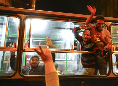 Primeiros ônibus com refugiados chegam à fronteira da Áustria