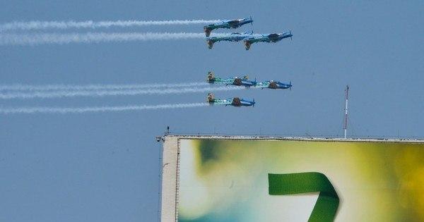 """Em desfile, Esquadrilha da Fumaça pinta """"Somos todos Brasil"""" no ..."""