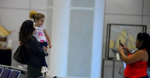 Isis Valverde esbanja simpatia em aeroporto - Fotos - R7 Famosos e ...