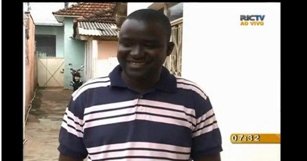 """Mulher joga banana e chama senegalês de """"negro fedido"""" em ..."""