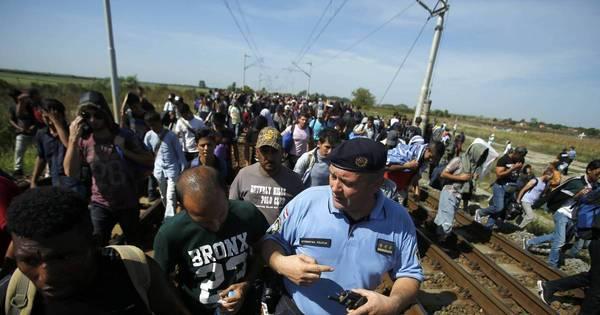 Cerca construída na Hungria faz mais de 5 mil refugiados passarem ...