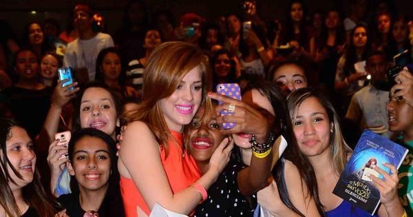 Sophia Abrahão lança livro em São Paulo e reúne multidão de fãs ...