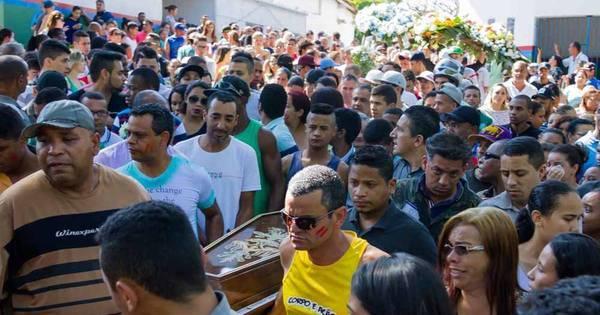 Vítimas de chacina em Carapicuíba são enterradas sob forte comoção