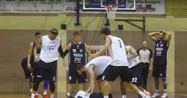 Jogador de basquete sofre infarto em quadra e é salvo por torcedora