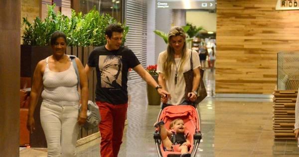 Momento família! Mirella Santos e Ceará passeiam com a filha no ...